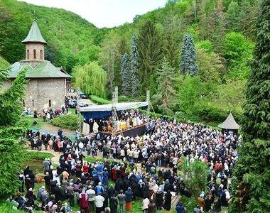 Hramul Manastirii Prislop. Mii de pelerini sunt asteptati la mormantul lui Arsenie...