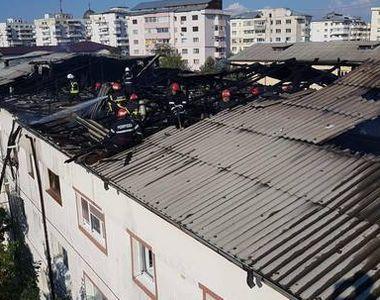 Pompierii din Focsani s-au chinuit sa stinga acoperisul unui bloc care a luat foc