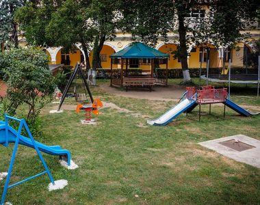 Un copil de sapte ani din Sibiu si-a rupt mana la un loc de joaca privat. Cum au...