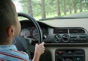 Dezastru facut de un copil de 4 ani lasat de parinti nesupravegheat! S-a urcat la volan, a ranit un muncitor si s-a oprit cu masina intr-o casa