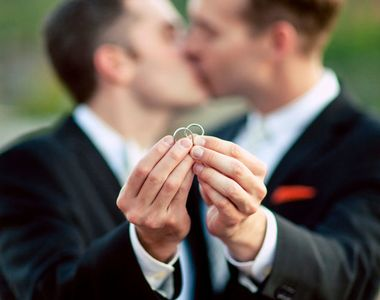 Prima casatorie gay a fost oficiata in Romania acum sapte ani. Un roman si un englez au...