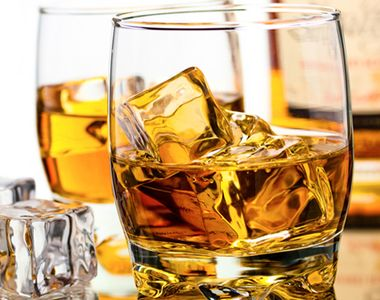 Record absolut. A platit pe o sticla de whisky cam cat valoreaza o casa de milionar....