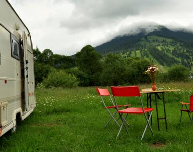 O familie de romani si-a vandut casa pentru a-si cumpara o rulota si a trai in natura!...