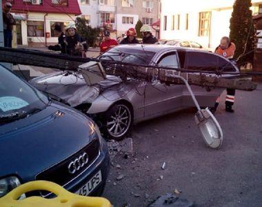 Un bărbat din Prahova a murit după ce un stâlp din beton a căzut peste maşina în care...