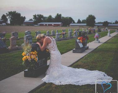 Imagini emotionante! A mers la cimitir în ziua în care trebuia să se mărite, la...