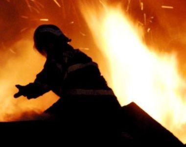 Un incendiu puternic a distrus azi-noapte un depozit de materiale de constructii din...
