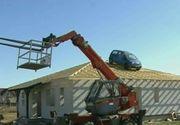 Maşina de pe acoperiş, dovadă că lucrarea este rezistentă! Iată ideea unui constructor din Arad