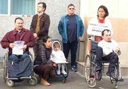 Umiliţi de sistem, câţiva părinţi cu copii diagnosticaţi cu boli grave şi-au cerut dreptul de a trăi protestând în faţa CNAS-ului!