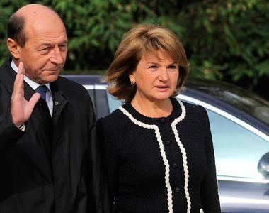Ioana Băsescu îşi ajută părinţii cu 5.000 lei pe lună! Fiica lui Traian Băsescu şi-a...