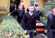 Imagini cutremurătoare! Trupul neînsufleţit al lui Ilie Balaci a fost scos din casa mamei sale în sicriu