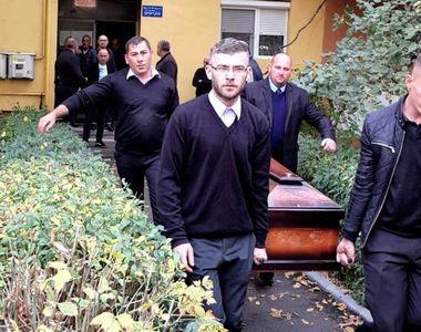 Imagini cutremurătoare! Trupul neînsufleţit al lui Ilie Balaci a fost scos din casa...