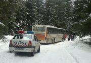 Un autocar cu 46 de copii a rămas blocat în Păltiniş din cauza zăpezii! Toţi pasagerii sunt în siguranţă