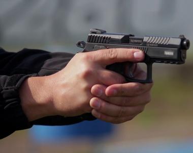 Fiul unui poliţist de frontieră s-a sinucis accidental cu arma tatălui său, chiar în...