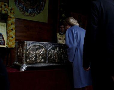 Viorica Dăncilă, la Catedrala Patriarhală! Premierul s-a închinat la racla cu moaştele...