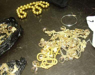 Trei kilograme de bijuterii de aur găsite în şosetele unui copil, pe Aeroportul din...