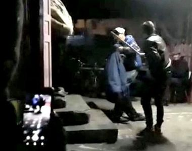 Imagini scandaloase! Om al străzii din Comăneşti, bătut cu coada de la topor şi obligat...