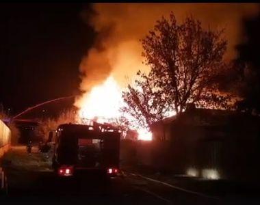 Incendiu de proporţii la Cernavodă, în zona barăcilor! Există pericol ca flăcările să...