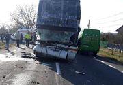 Bilanţ tragic în Argeş! Un mort şi mai mulţi răniţi după ce un autocar plin cu pasageri s-a ciocnit cu două camioane şi un autoturism