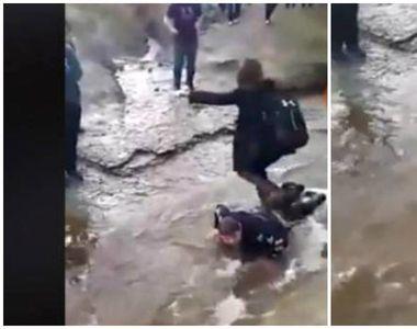 Mai mulţi elevi au obligat un copil de 14 ani, cu paralizie cerebrală, să se facă punte...