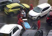 Caz halucinant la Spitalul Judeţean din Constanţa! Paramedicii au fost nevoiţi să facă slalom cu un pacient în stare gravă, din cauza maşinilor parcate lângă heliport