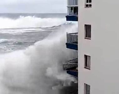 Vremea a luat-o razna în toată lumea! Un hotel din Tenerife a fost măturat de valuri...