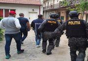 Descinderi ale mascatilor in mai multe case din Timis! Oamenii legii au gasit arme, cartuse si o cantitate insemnata de droguri