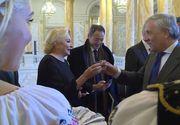 """Viorica Dăncilă a ciocnit un pahar cu ţuică în locul în care a fost depus sicriul Regelui Mihai: """"Ce sacrilegiu! Politicienii de azi fac chiolhanuri la altarele neamului"""""""