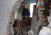 Mamaie Vasilica doarme în şopron cu vaca pentru că hoţii i-au furat materialele de construcţie. Bătrâna are lacrimi în ochi când se gândeşte ce iarnă grea o aşteaptă