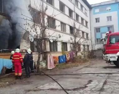 Incendiu devastator în Slatina! O clădire care adăposteşte locuinţe sociale a luat foc!...