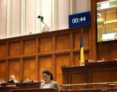 Sexy-deputata Corina Bogaciu a vorbit 4,03 minute de la tribună în 2 ani de mandat!...