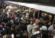 Aglomeraţie infernală la metrou! Oamenii au fugit din calea ninsorii, dar s-a creat un haos general