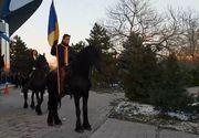 Bogdan Stanoevici a defilat călare pe un armăsar de 1 decembrie, cu drapelul în mână! Fostul ministru a dat o tură prin faţa Circului, alături de Sanda Ladoşi! VIDEO