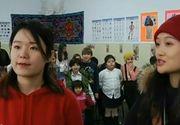 Două tinere din China s-au mutat la Constanţa pentru a-i învăţa pe elevi mandarina! Programul a fost pus la cale de către doi preoţi