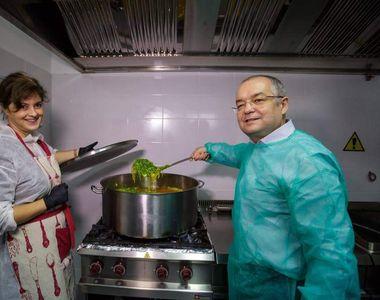 Emil Boc a împărţit, alături de câţiva tineri, mâncare caldă pentru nevoiaşii din Cluj
