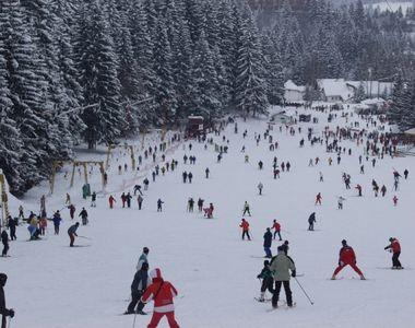 În prag de Moş Nicolae, zăpada a pus stăpânire pe staţiunea Poiana Braşov. Decorul pare...