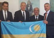 Hans Klemm, ambasadorul Statelor Unite la Bucuresti, s-a fotografiat alaturi de steagul secuiesc