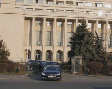 Ministrul Justitiei, filmat cand iesea cu masina din curtea Guvernului, trecand peste o...