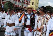 Peste 10.000 de romani imbracati in costume populare au stabilit un nou record. Printre ei s-a aflat si Liviu Dragnea