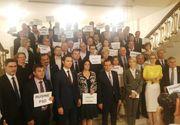 """Scandal pe holurile Parlamentului. Protest PNL la intrarea in plen: """"Sa plece acasa cei care si-au batut joc de tara"""""""