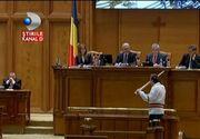 Circ si paine pentru popor. Premiera in istoria Romaniei: un guvern demis chiar de partidul care l-a propus. Scene tragi-comice in Parlament, la votul motiunii de cenzura