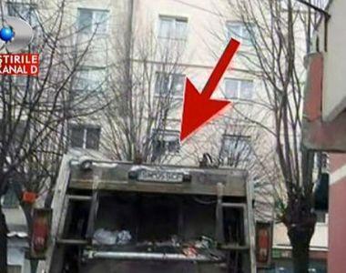 Dorel loveste din nou. Soferul unei masini de gunoi a facut accident cu un ... balcon