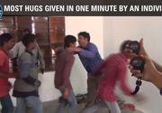 Un indian a stabilit un nou record mondial de imbratisari intr-un minut! In graba dupa succes, el i-a apucat pe 4 dintre ei de gat!
