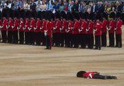 Eveniment socant la parada dedicata aniversarii reginei Elisabeta. Un soldat britanic a cazut lat la pamant chiar in timpul ceremoniilor