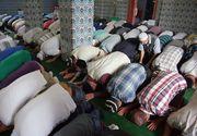 Un musulman s-a impuscat in timp ce se ruga. Arma pe care o avea la brau s-a descarcat in timpul rugaciunilor