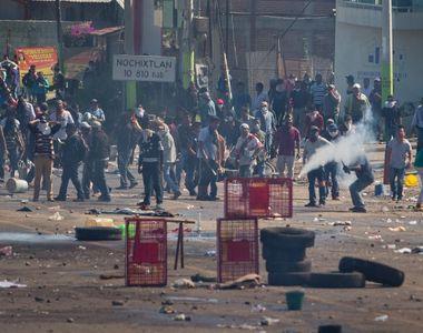 Opt morti si o suta de raniti, in urma ciocnirilor violente intre profesori si...
