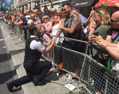 Un politist si-a cerut iubitul in casatorie in timpul paradei gay