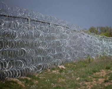 Croatia a inceput construirea un gard la granita cu Serbia. Bariera metalica este...