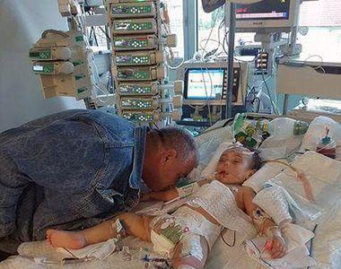 Sfasiat de durere, un tata isi saruta fiica de doi anisori pentru ultima data, cu...
