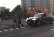 Cativa smecheri cu un Porche vor sa bata un biciclist in Rusia. Ce se intampla cateva clipe mai tarziu