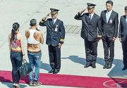 Beizadea dezlantuita la 63 de ani. Printul Thailandei, aparitie controversata. A venit cu buricul la vedere si blugi cu turul lasat